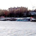 Casas y barcos en Chelsea Embankment desde Albert Bridge.