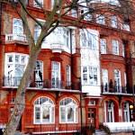 Casas de ladrillo naranja en Embankment.