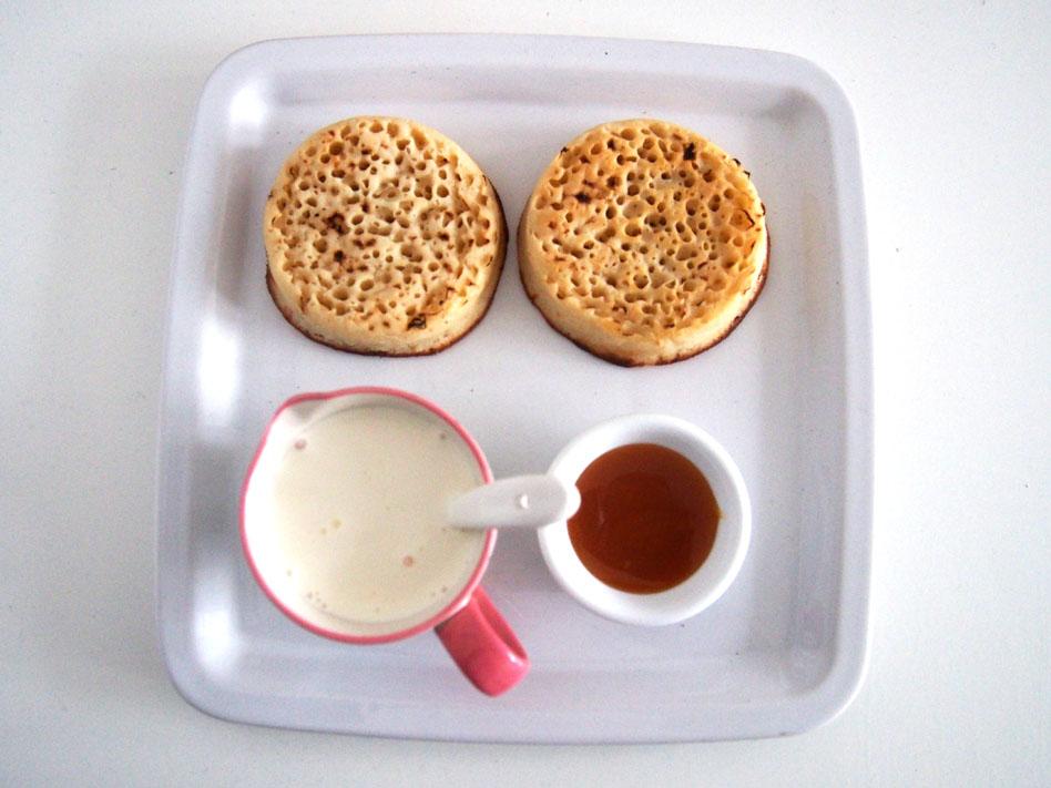 Crumpets con nata y sirope
