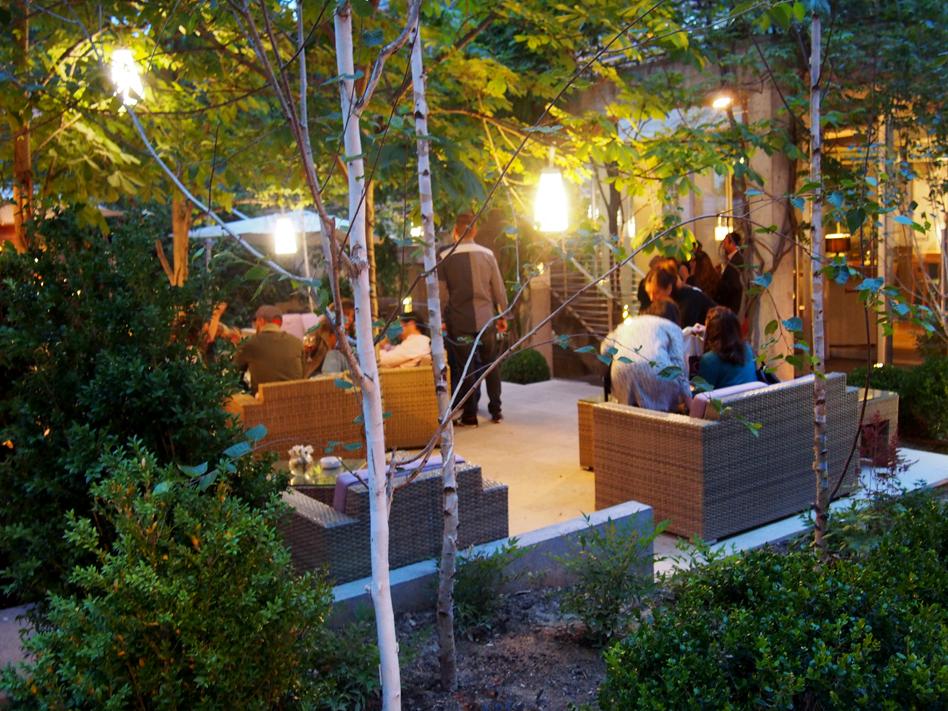beef place restaurante con jardín en Madrid sofás