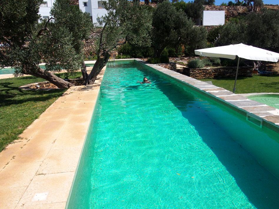 Hotel-Kamarotí-en-Sifnos-nadadora