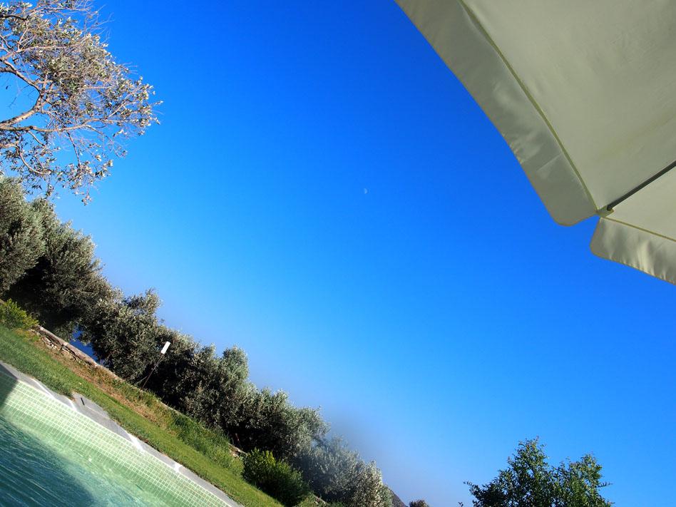 Hotel-Kamarotí-en-Sifnos-sombrilla