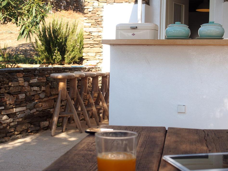 Hotel-Kamarotí-en-Sifnos-taburetes