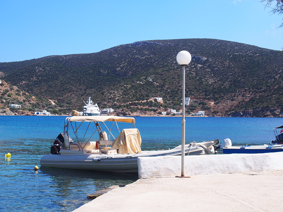 Sifnos en Grecia Vathi barco