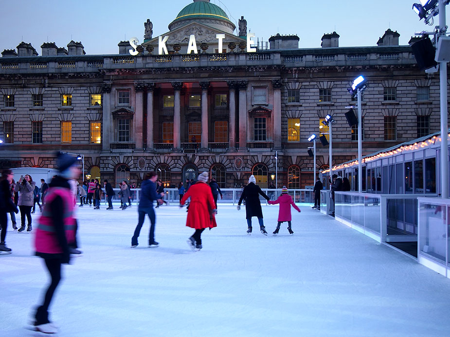 Somerset House en Navidad gente patinando