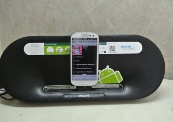 Samsung Galaxy S3 docked at the Philips Fidelio!