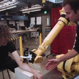 Este es el primer robot capaz de hacer tatuajes