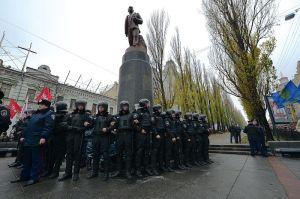 Fuerzas de Berkut guardan una estatua de Lenin, Wikipedia