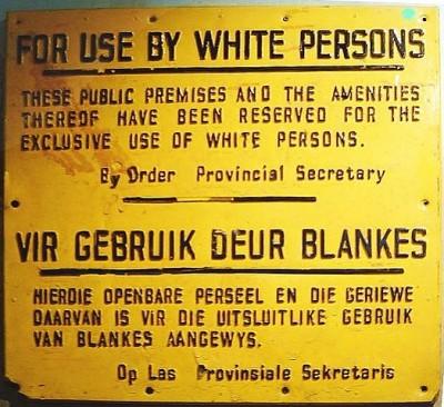 """Cartel de la era del Apartheid en Sudáfrica: """"Uso para blancos"""" [Wikipedia]"""