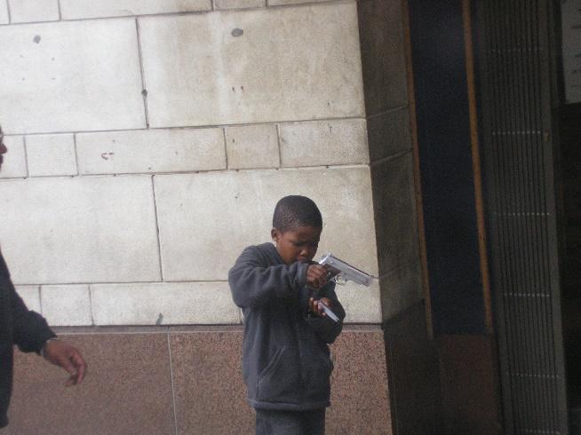 Un niño maneja una pistola en las calles de Ciudad del Cabo [Foto: Álvaro de Simón]