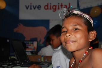 [Foto: Niño de la tribu Guayú aprende a manejar las TIC. Ministerio TIC Colombia vía Flickr]