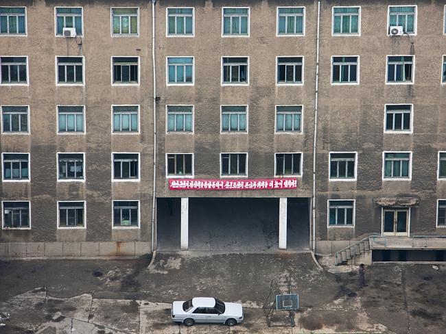"""""""Pyongyang es supuestamente el escaparate de Corea del Norte, por lo que los exteriores de los edificios son mantenidos cuidadosamente. Cuando se tiene una rara oportunidad de ver el interior, la sombría realidad se hace evidente"""" Eric Lafforgue."""