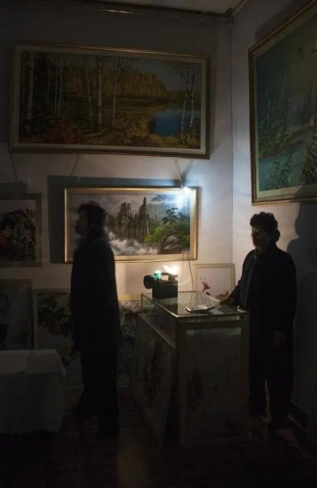"""""""En una galería de arte en Pyongyang, sufrimos un corte de electricidad, un evento diario que los coreanos odian mostrar. Cuando ocurre, te dicen que es por causa del embargo norteamericano"""" Eric Lafforgue."""