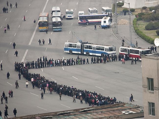 """""""Hacer cola es un deporte nacional para los coreanos. Ésta es la cola del autobús"""" Eric Lafforgue."""