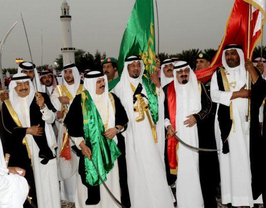 El antiguo líder del régimen saudí, el rey Salman, realizando la danza tradicional, Ardah, en una visita diplomática en Bahréin [Foto: Bahrein Ministry of Foreign Affair vía Flickr].