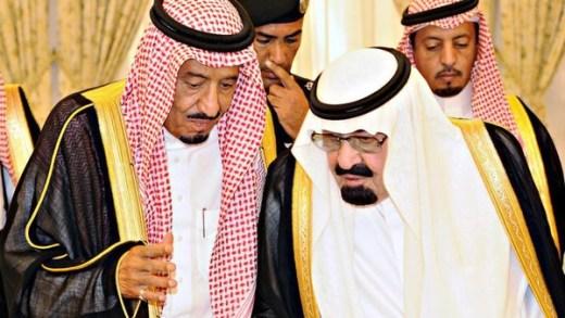 El difunto rey Abdullah de Arabia Saudí hablando con el entonces sucesor y actual líder del régimen, el rey Salman [Foto: Tribes of the World vía Flickr].