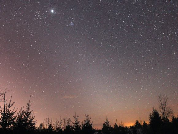 The tapering wedge of the zodiacal light reaches from the western horizon on March 3, 2013 toward the bright Planet Jupiter at top. Credit: Bob King