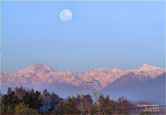 The gibbous Moon rising rising over the Andes Mountains in Chile. (Credit: @WladimirPulgarG/Flickr).