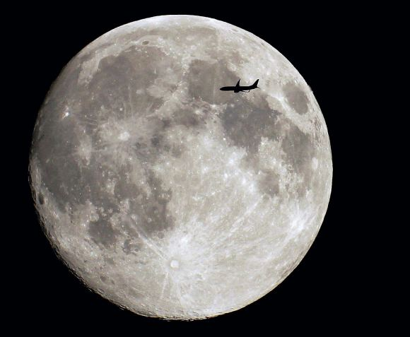 A full Moon flyby, as seen from Paris, France. Credit and copyright: Sebastien Lebrigand.