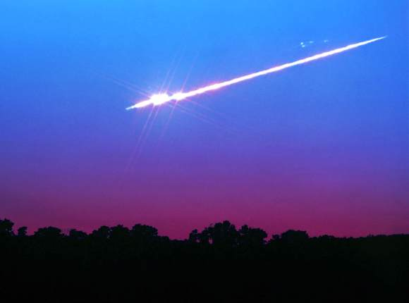 A bright fireball breaking to pieces near Yellow Springs, Ohio. Meteors are really tubes of ionized air energized by the passage of comet bits. Credit: John Chumack