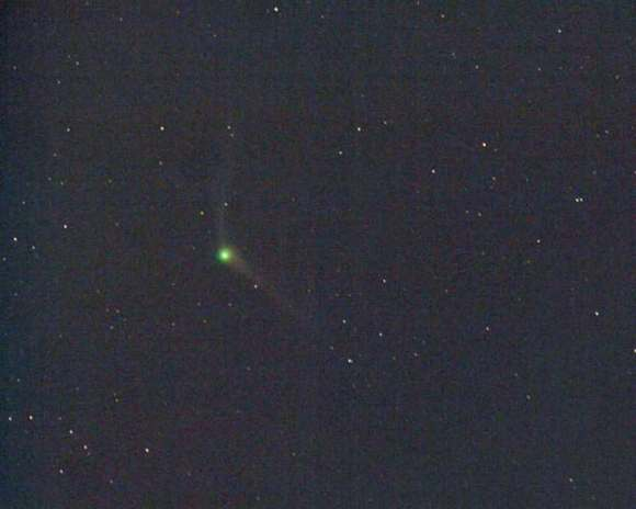 Comet C/2013 US10 Catalina shows off a compact green coma and two tails in this photo taken this morning (Nov. 20, 2015) at dawn from Arizona. Credit: Chris Schur