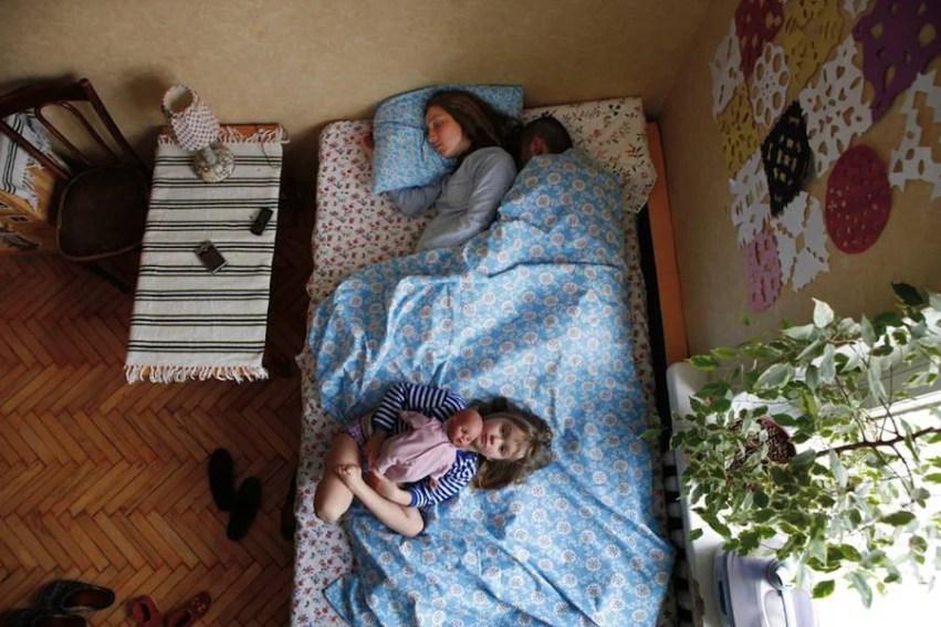 coppia con lenzuola azzurre e bimba