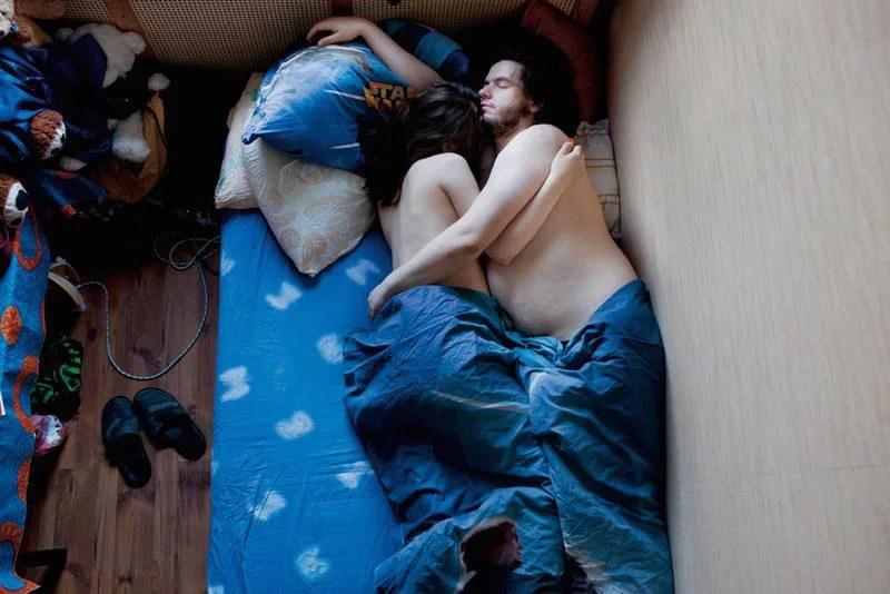 Come dormono le coppie in attesa di un figlio? 15 immagini intime (FOTO)