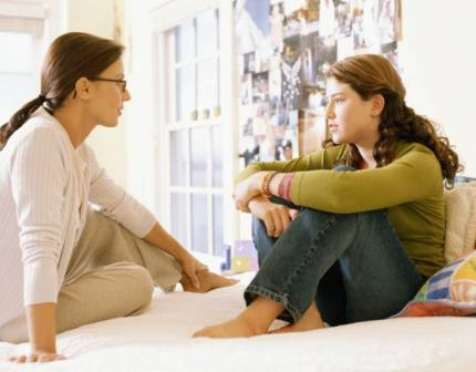 madre e figlia parlano di educazione sessuale