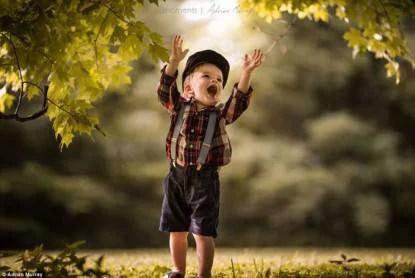 bimbo gioca con le foglie