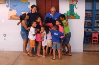"""coppia """"adotta"""" 70 bambini"""