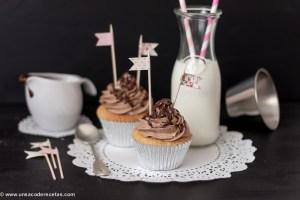 Cupcakes de vainilla con corazón de chocolate y fresas