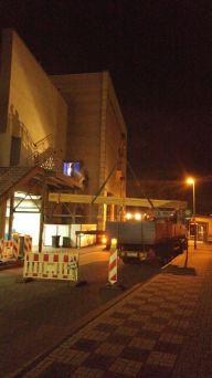 Ein Krantransport unterstützt unsere Arbeit. 12 Meter und 500kg müssen in die 2. Etage gehoben werden. Strassensperrung und Nachteinsatz inklusive.