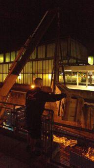 Der Kran habt die Fracht in die 2. Etage. Hier wird die Kinoleinwand von unserem Mitarbeiter in Empfang genommen.