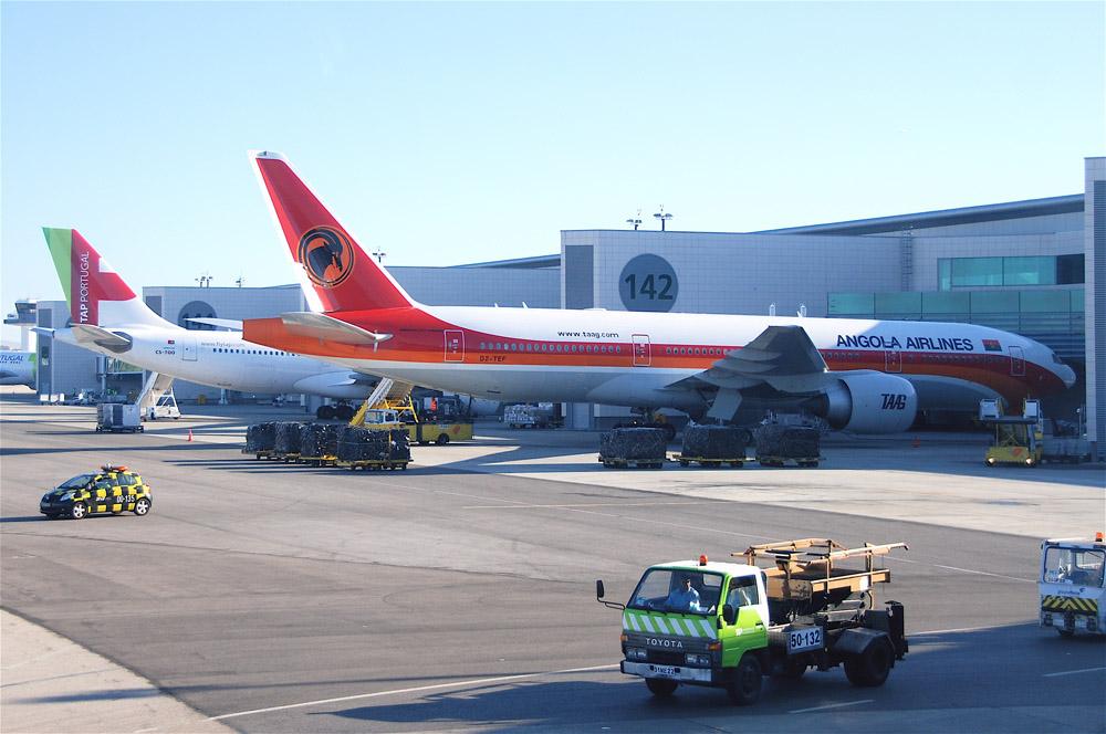 Boeing 777 vertrekt met grondmedewerker in ruim