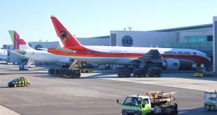 Een Boeing 777-200 van TAAG op de luchthaven van Lissabon (c) AeroIcarus