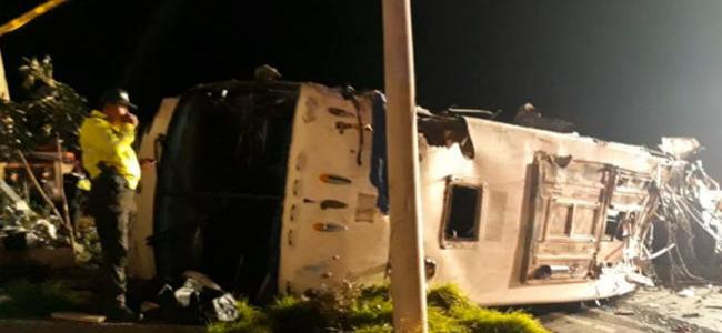 Accidente de bus en Ecuador deja 24 muertos, la mayoría colombianos