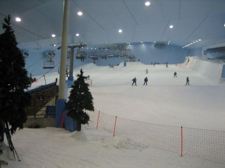 800px Dubai Ski Dubai 11 460x345 Barcelone va avoir sa piste de Ski Indoor