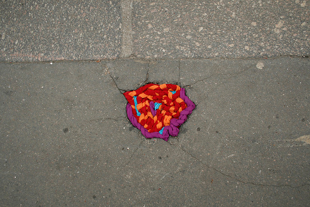 juliana-santacruz-herrera-knitted-pothole-urbangardensweb