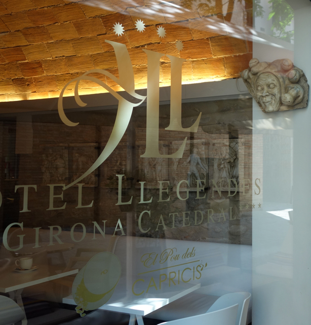 hotel-llegendes-reflection-glass-logo-urbangardensweb