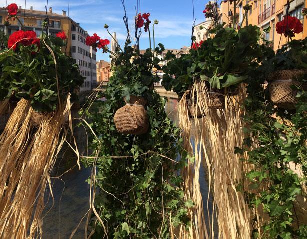 temps-de-flors-hangingraffia-planters-eiffel-bridge-urbangardensweb
