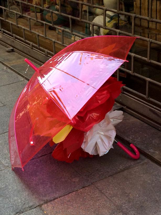 temps-de-flors-umbrella-on-sidewalk-urbangardensweb