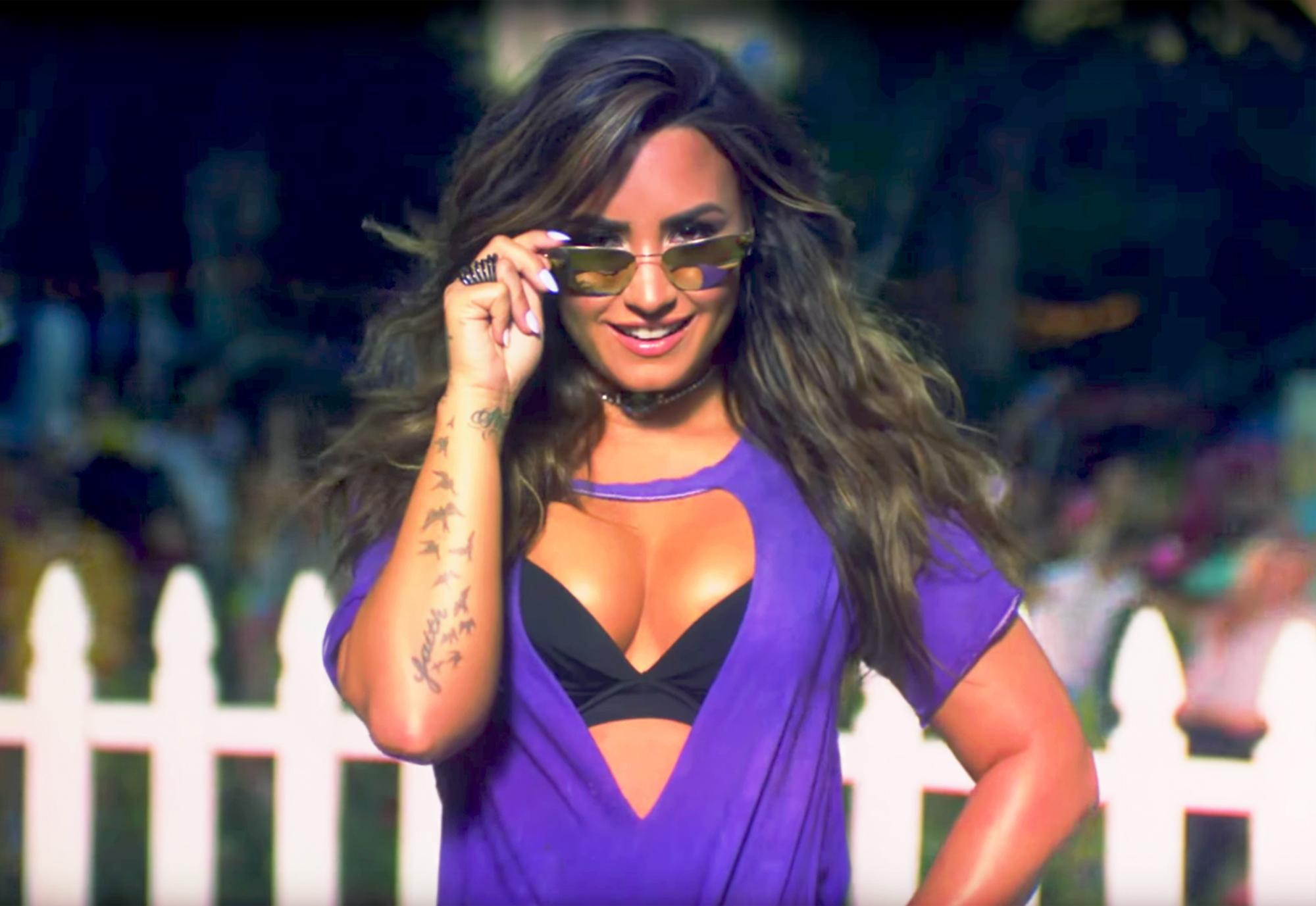 Girl Under Rain Live Wallpaper Demi Lovato Parties With Paris Hilton Jamie Foxx In New Video
