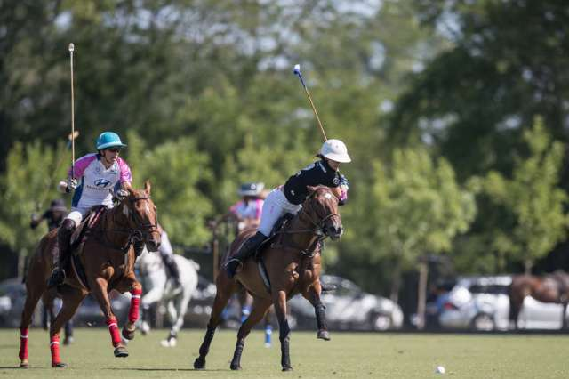 Santa Maria de Lobos' Clarissa Echezaretta hustles to defend as Ellerstina's Hazel Jackson prepares for a nearside during Tuesday's semifinal match. ©Matias Callejo