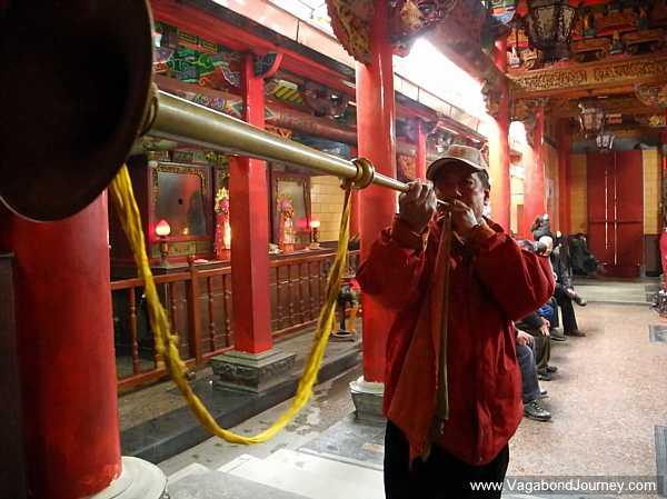 muscian-playing-chinese-horn