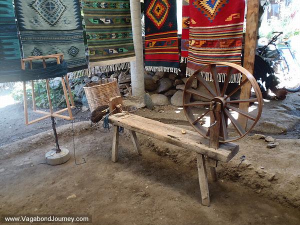 Spinning wheel for making wool