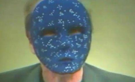 Eielson con máscara de estrellas. Performance al abrir una entrevista.