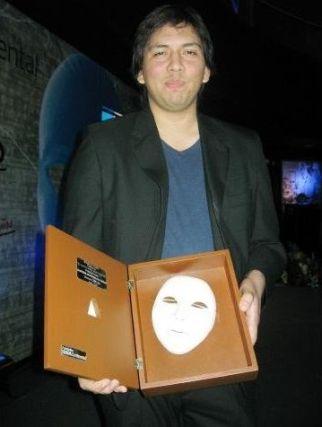 Cristhian Briceño recibiendo el Premio Cuento de las 1000 Palabras del semanario Caretas.