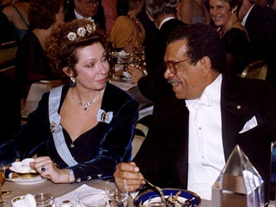 Walcott con la Reina Cristina de Suecia, en cena en la que el poeta recibió el Premio Nobel de Literatura 1992