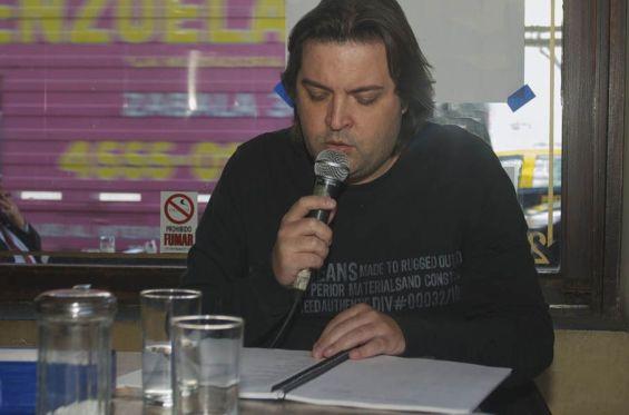 El poeta Leandro Calle leyendo en un festival.
