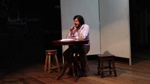 El poeta y narrador Ernesto Carrión leyendo.